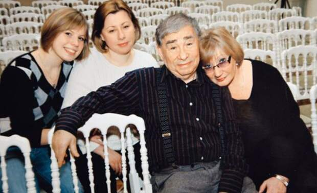 С женой Брониславой, дочерью Светланой и внучкой Аней. / Фото: www.seven-days.ru