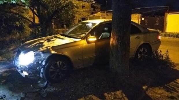 В Симферополе угнали и разбили служебный Mercedes и.о. министра ЖКХ Крыма
