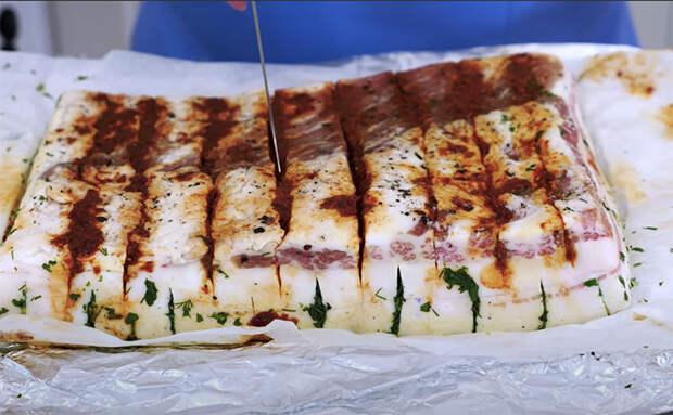 Делаем сало в 2 раза вкуснее: сделали надрезы и фаршируем зеленью с чесноком