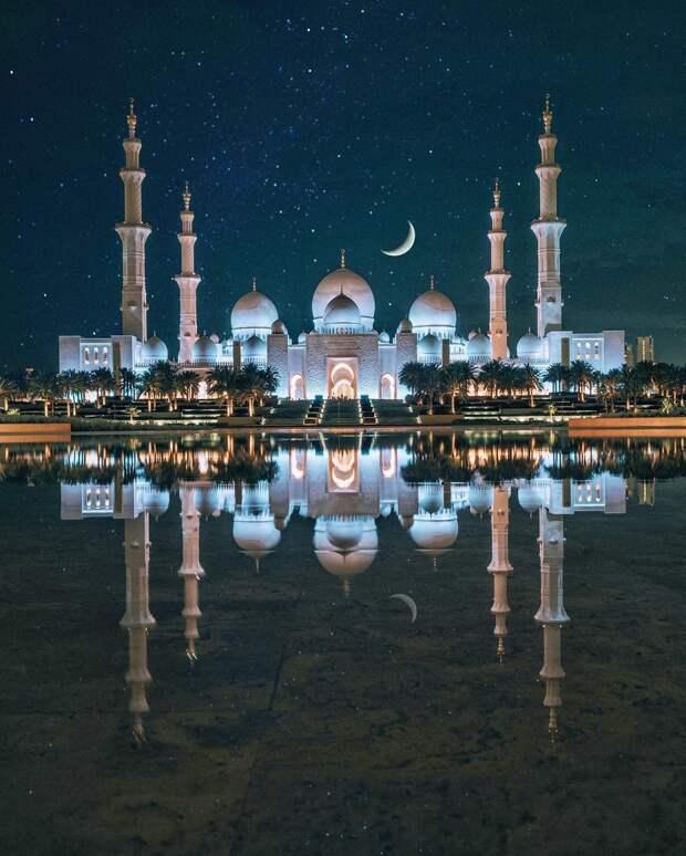 Великая мечеть в Абу-Даби ночью выглядит невероятно.