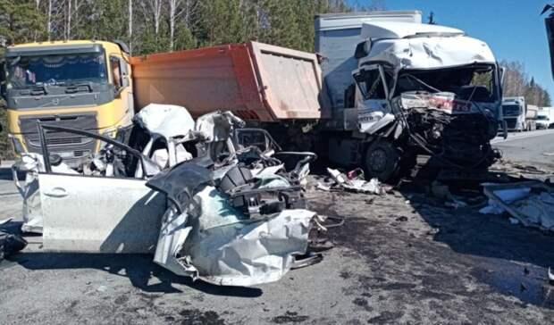 Один погиб ичетверо пострадали вмассовом ДТП сбольшегрузами наТюменской трассе