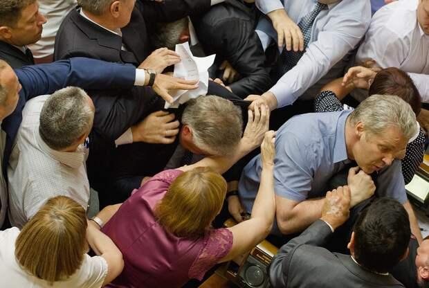 Жесткое выяснение отношений в стенах украинского парламента. Фото: GLOBAL LOOK PRESS