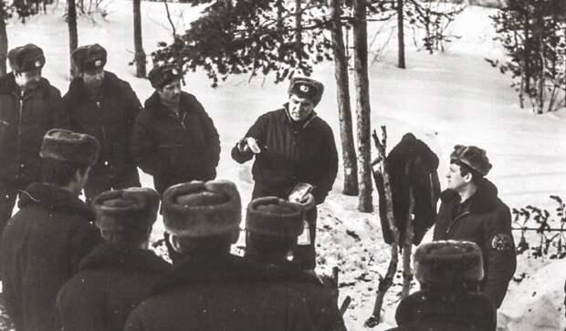 Тренаж по выживанию в условиях Заполярья, Килпы, в левом верхнем углу подполковник Водостой, который не дал команду А. Полозкову на уничтожение А. Соммерса