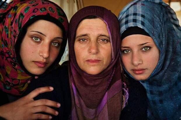 Мать с двумя дочерьми из Сирии