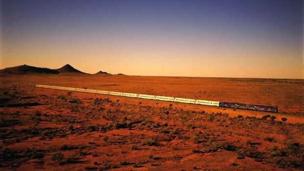 Поезд, бороздящий просторы австралийских пустынь. /Фото: travel.nine.com.au