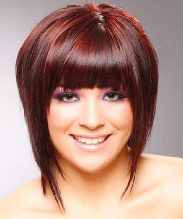 На фото представлен один из возможных вариантов причёсок для полного лица
