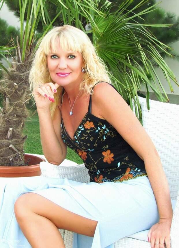 Блондинка в черном топе с вышивкой. /Фото: cdn1.flamp.ru