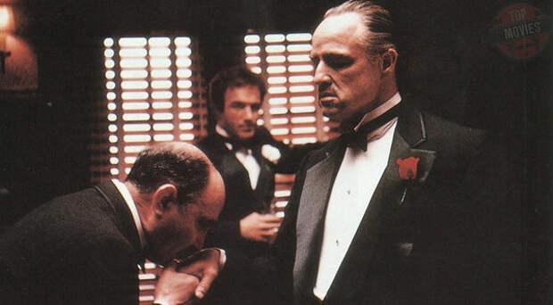 Главарь мафиозного клана Корлеоне дон Вито (Марлон Брандо) держал своего младшего сына Майкла (Аль Пачино) вдали от семейных дел. Он рассчитывал, что парнишка станет известным политиком и «прикроет» семью от американских законов. Но когда враги рода пошли в атаку на дом Корлеоне, именно Майкл стал сперва орудием мести, а затем и новым «крестным отцом» семьи.