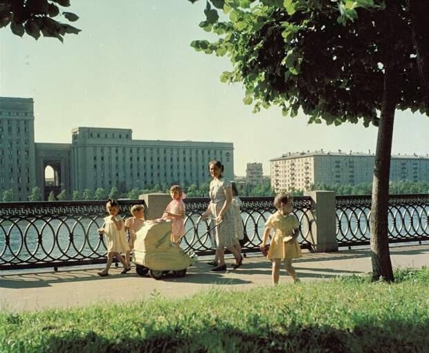 Нас неправильно воспитывали в СССР? Что ужасает современных родителей