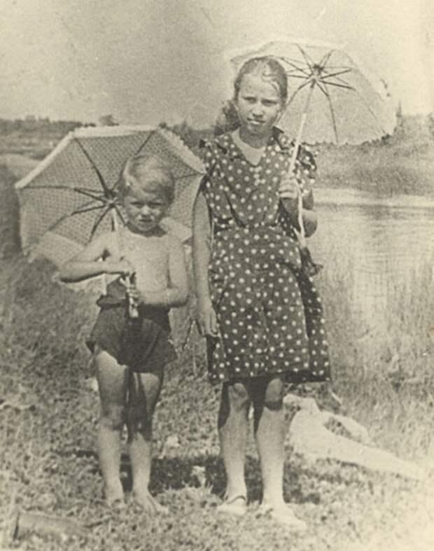 Таня Савичева справа 1941 год.jpg