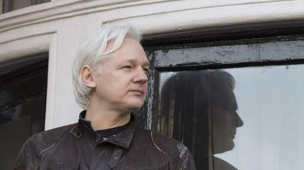 Сооснователь WikiLeaks Джулиан Ассанж на балконе здания посольства Эквадора в Лондоне - РИА Новости, 1920, 30.09.2020