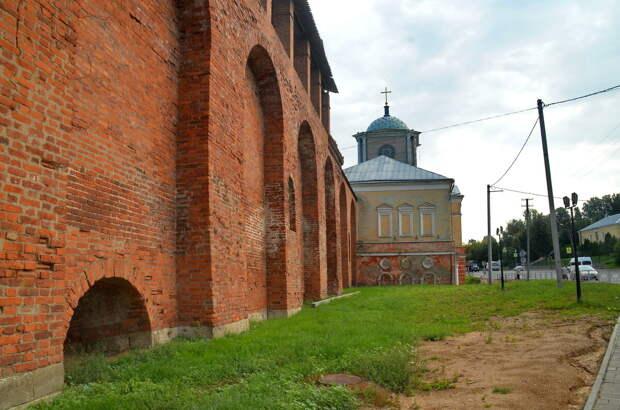 Район крепостной стены около реки Днепр, взгляните на арки и сравните со снимком в начале статьи. Думаю заметно, не хватает около метра стены.