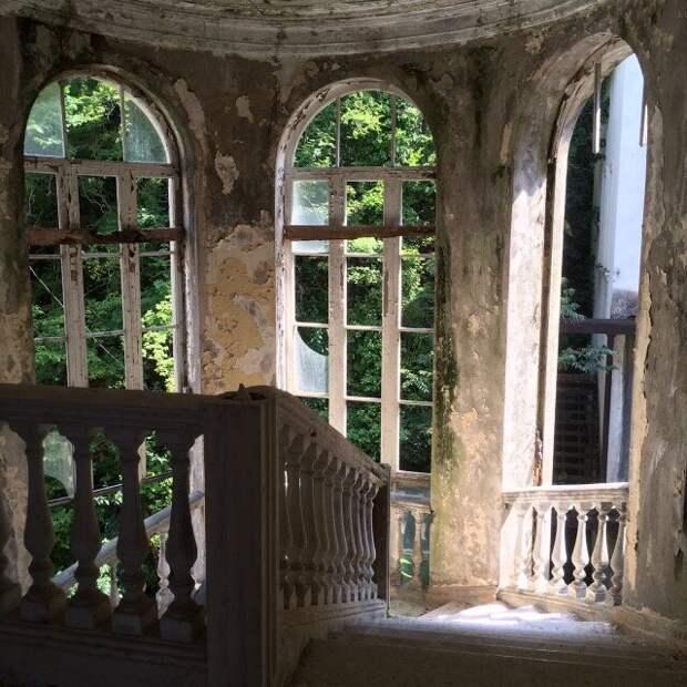 Разруха в Абхазии. И зачем люди едут туда отдыхать?