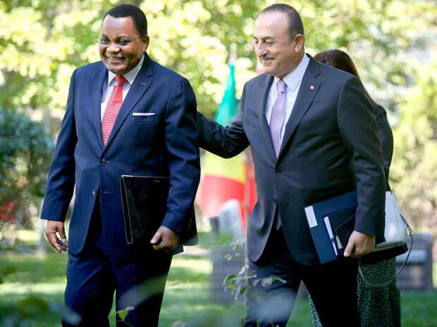Главы МИД Турции и Конго заговорили по-русски