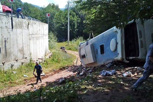 Автобус с туристами перевернулся на Кубани