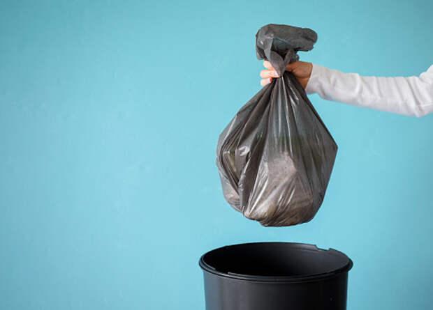 Коммунальщики убрали мусор у подъезда на Ботанической