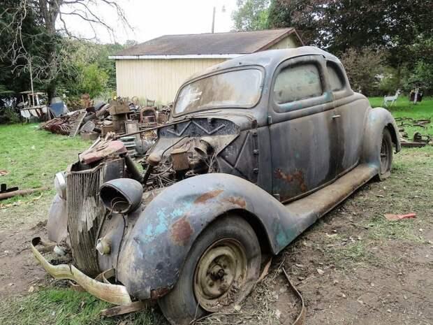 Большинство автомобилей из коллекции Джека Смита давно требовали реставрации, как, например, этот Ford 5-window Coupe 1936 года авто, джанкярд, коллекция, коллекция автомобилей, олдтаймер, ретро авто, свалка автомобилей