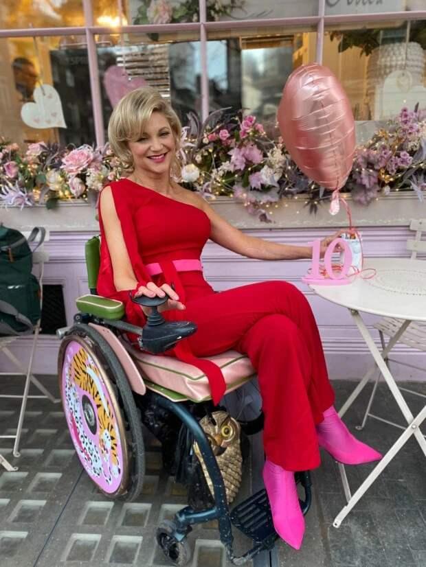 Британка передвигается на коляске, но продолжает жить яркой интимной жизнью после несчастного случая