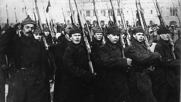 Красная армия впервые прошла военным парадом 1 мая