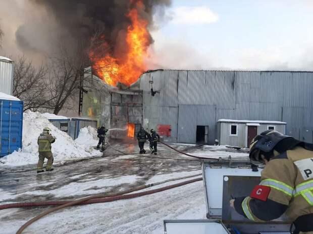 В Москве для тушения пожара в ангаре задействовали вертолеты