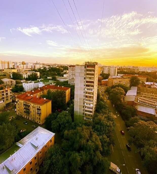 Фото дня: жительница Лефортова сфотографировала оранжевый горизонт из своего окна