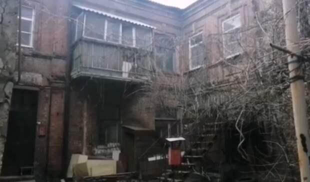 Пенсионерка вРостове живет вразрушающемся доме сзатопленной кроватью