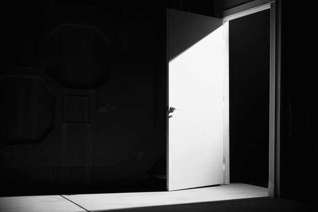 Посреди ночи Лида встала в туалет и обнаружила, что входная дверь открыта нараспашку