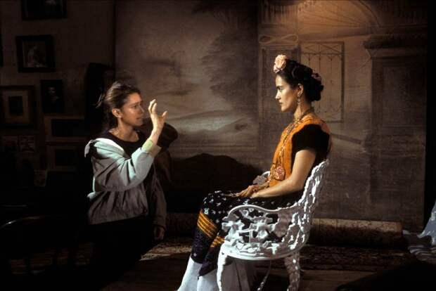 Джули Тэймор и Сальма Хайек во время съёмок фильма «Фрида». Фото