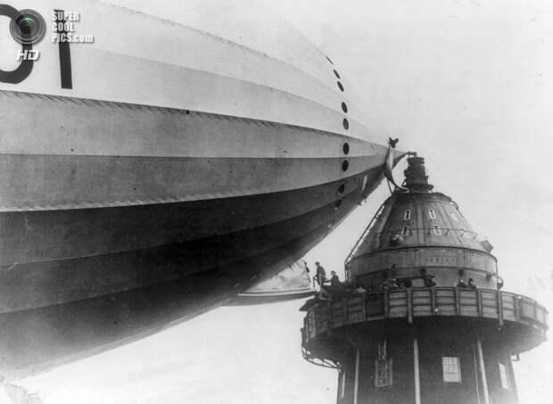 Великобритания. Кардингтон, Бедфордшир, Англия. 1920 год. Посадка на дирижабль. (Library of Congress)