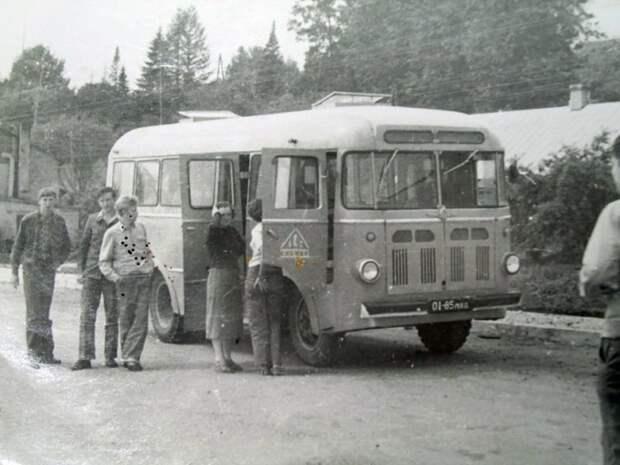 12. Еще один автобус на шасси ГАЗ-51А. Но на этот раз машина более прогрессивной вагонной компоновки. РАФ-976 производился на Рижском авторемонтном заводе №2. СССР, авто, автомобили, олдтаймер, ретро авто, ретро техника, ретро фото, советские автомобили