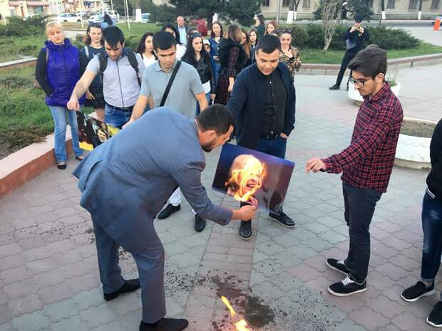В Крыму на акции протеста сожгли портреты Трампа, Мэй и Макрона 3