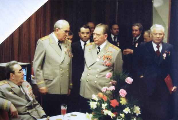 Фото открытых источников    Лидеры противоборствующих трех кланов в первом ряду.