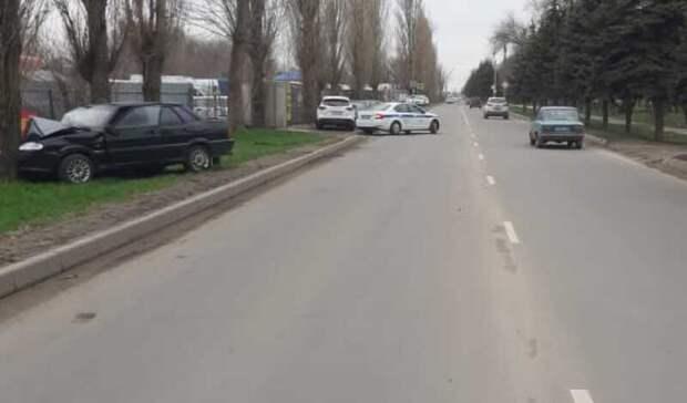 Двое пострадали после столкновения машины сдеревом вАзове
