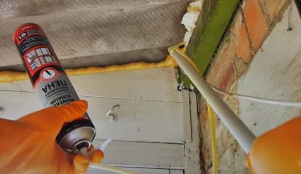 Трубочка, привязанная к обрезку трубы, дотянется до любой щели в потолке. /Фото: youtube.com/watch?v=DUt_hUNDDTE&t=210s