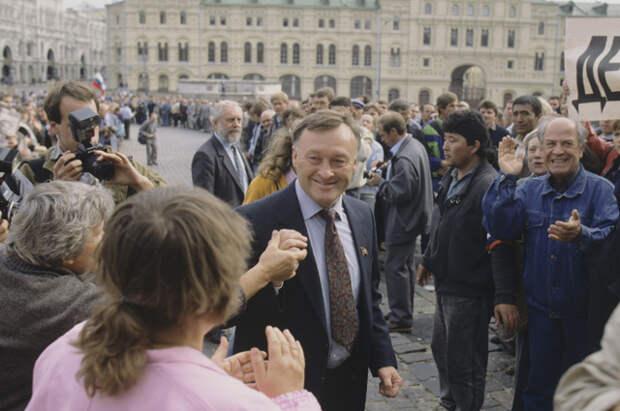 Народный депутат СССР, бывший генерал-майор КГБ Олег Данилович Калугин в центре Москвы, 1991 год.