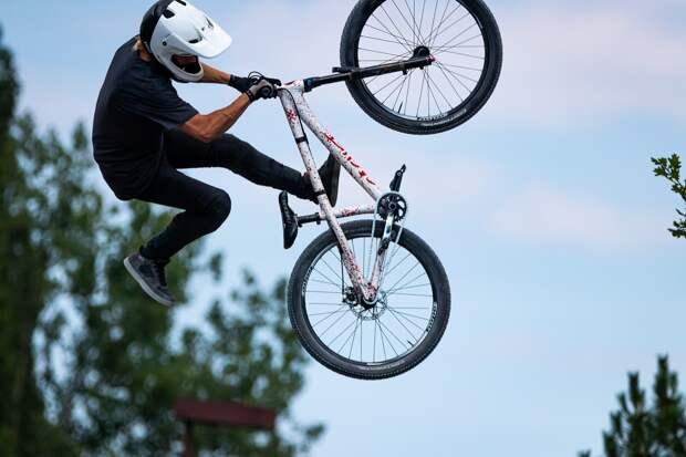 Пьяный велосипедист протаранил две машины в Ижевске