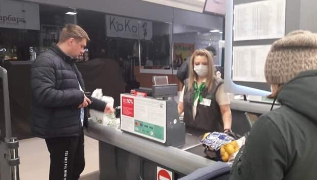 Продавцы магазина в Подольске надели маски после вмешательства властей