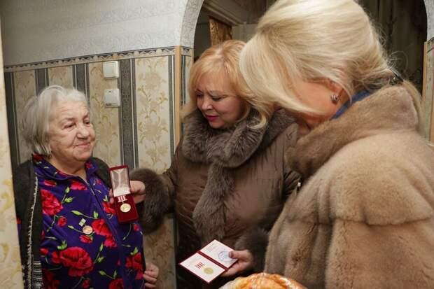 Крымская чиновница, вручавшая блокадникам батоны, оправдалась за шубу в 10 градусов тепла