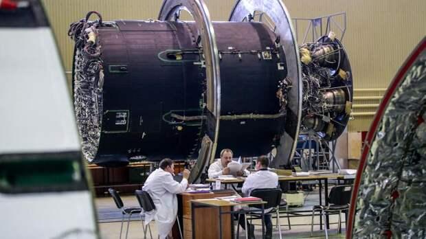 Сотрудники в цехе сборки семейства ракет-носителей «Ангара» на территории Государственного космического научно-производственного центра имени М.В. Хруничева