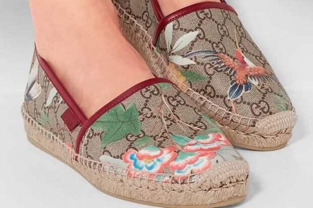 С обувью из текстиля работайте осторожно, чтобы не повредить волокна / Фото: chistsovet.ru