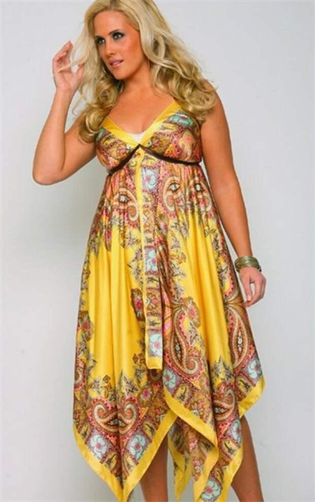 Асимметричное желтое платье, набор зеленых браслетов