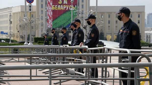 Сотрудники милиции во время акции протеста на площади Независимости в Минске - РИА Новости, 1920, 06.09.2020