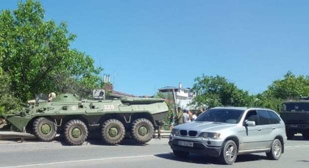 На Ялтинской объездной 2 БТР вылетели с дороги и спровоцировали ДТП (ФОТО, ВИДЕО)