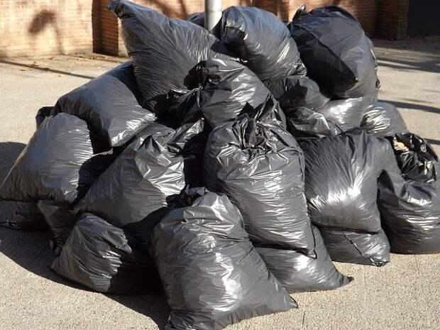 На улице Чистова обнаружили скопление черных мешков