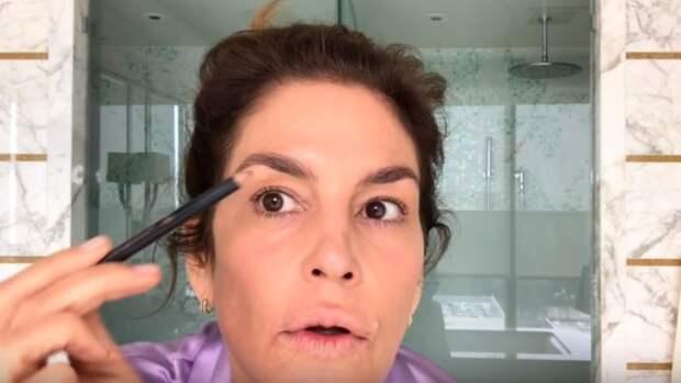 Все просто! 53-летняя Синди Кроуфорд показала, как она самостоятельно накладывает повседневный макияж