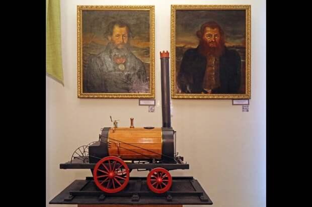 Отец и сын Черепановы на фоне макета своего главного детища. Нижний Тагил. Фото: Татьяна Андреева/РГ