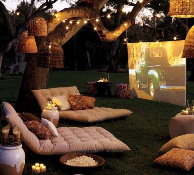 Удивите своих близких, устроив домашний кинотеатр с чаем и подушками на полу. /Фото: gentlemansgazette.com