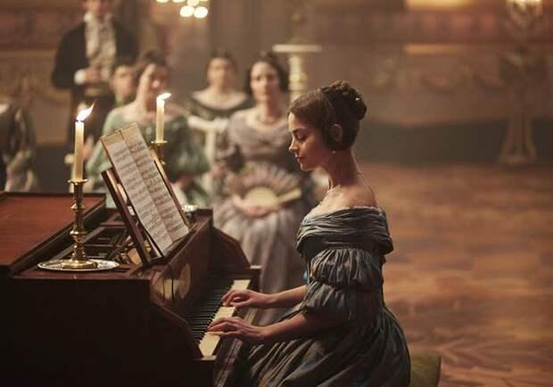 Платья королевы: самые шикарные наряды из сериала «Виктория»