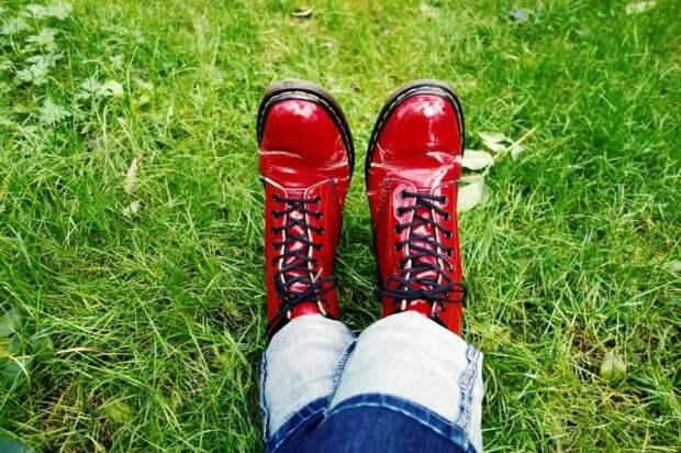 красные лакированные ботинки на женских ногах