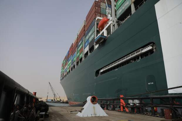 Перекрывшее Суэцкий канал судно сняли с мели